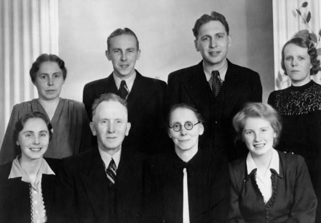 Bakre raden: Lilly, Erik, Fritz och Anna. Främre raden: Lisa, Simon, Malin och Margit