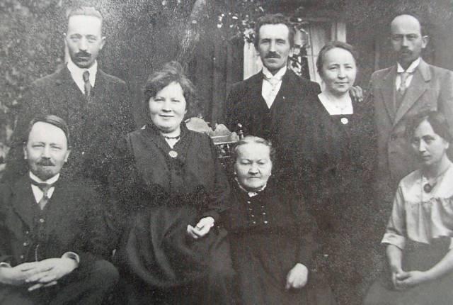 Stående:Viktor, Simon, Hilda och Gideon. Sittande: Vilhelm, Kajsa, modern Maria och Augusta